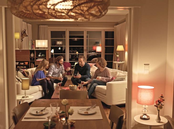 Wohlfühlatmosphäre per Fingertipp: Über die App von Telekom Smart Home lassen sich vernetzte Lichter in Farbe und Helligkeit regeln.